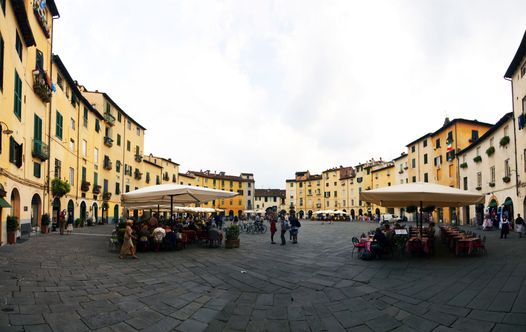 Piazza dell'Anfiteatro a Lucca [Photo Credits: Kevinpoh bit.ly/UMwoCV]