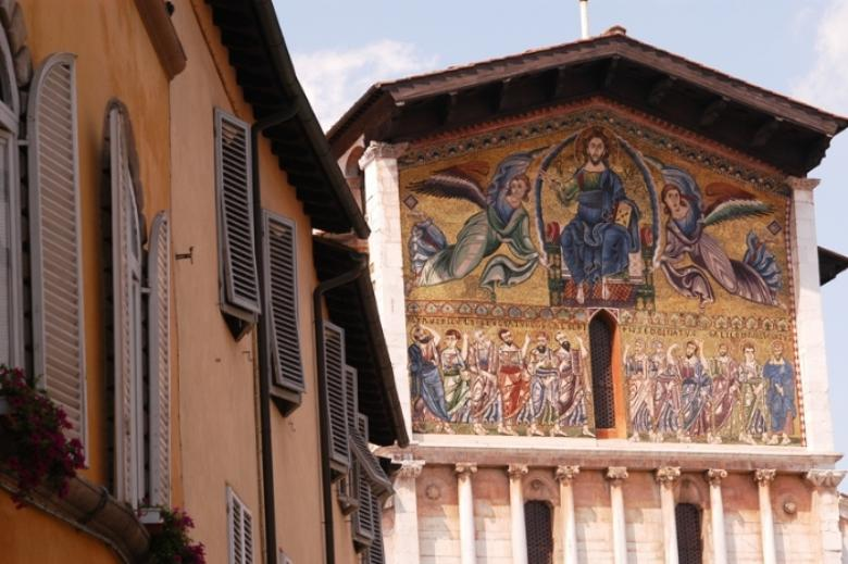 The mosaic on the facade of the Basilica
